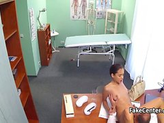 Bimbo sottile fa scopare il medico in ospedale