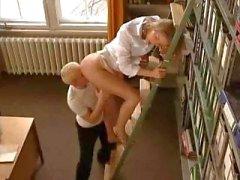 Tyra Misoux loira é um bibliotecário quente que adora uma boa foda