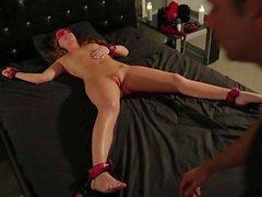 Descubierta de Maddy Oreilly consigue atada acostarse en el vídeo de BDSM