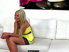 Agent pamauttaa luonnonsuojelualue blondi tyttö valamisen