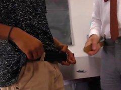 Schwarzer Kerl bietet Gesichtsbehandlung