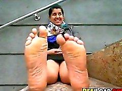 Ragazza indiana presa in giro i suoi piedi