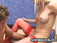Shemale rubia a Shakira mayas se excita en esta verga dura