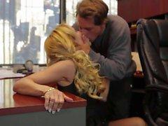 Офис секс со блондинку в черном Джессика Дрейком