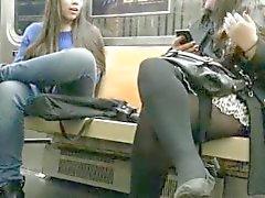 sexy ragazza mostra la bottino e sottomessi a stazione