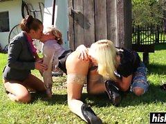 Bedövning flickor vänligen varandra utomhus