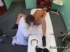 Doktor licks ve bir ofisi hastaya sikikleri