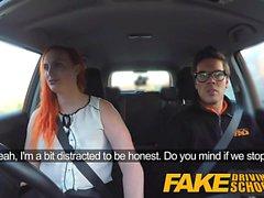 Gefälschte Driving School Tätowierte Rotschopf sehnt einen großen Schwanz