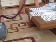 ic camasiriyla temizlik yapan hatun turk
