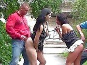 Öffentliche Gangbang Orgy Vierer in der Öffentlichkeit