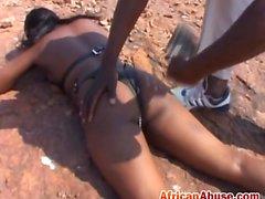 ébano adolescente Africano abusado BDSM exterior azotado