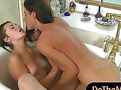 Melanies Raines und India Summer Dreier im bathroom