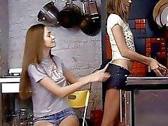 Dildo spelen tiener meiden