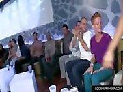 Homosexuell Freunde an der Party Spaß haben mit Hahn