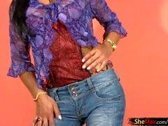 cabelo preto shedoll Latina retira jeans apertados e derrames