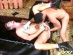 Marcelo diapositivas con el puño polla en el culo Ross , que se extiende su agujero.