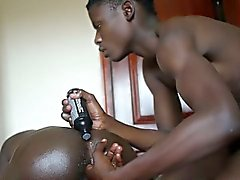 Ethnic afrikalı gençlik parmakları kıçına lubed