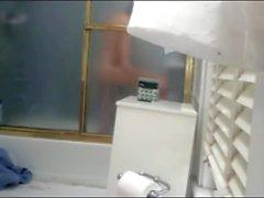 Meine sexy Nichte nimmt eine Dusche in unserem Badezimmer