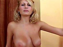 Süße Mädchen klafft engen Muff in Nahaufnahme und mit Orgasmus