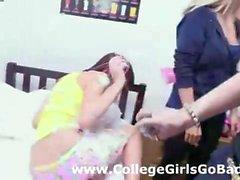 Strapon Spaß beim studentinnen lesbische Jugendliche