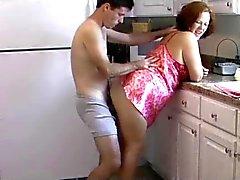 Coppia di età matura bei tempi in cucina