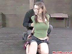 BDSM begrenzt wird devot am Boden hogtied