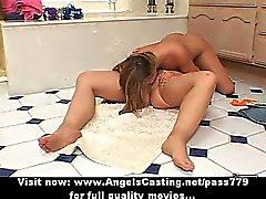 Couples lesbiens chaude lécher la chatte et le jouant chatte avec gode ceinture verre