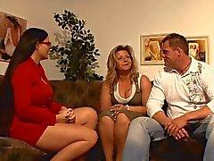 Gelukkige kerel met plezier met 2 hot Duitse moeders!
