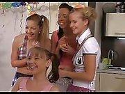 Azgın CFNM kızlar arkadaşının 18 doğum günü kutlamak
