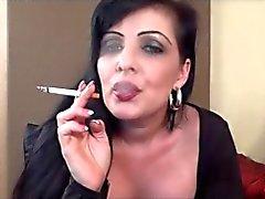 Guardare fumo di di MILF . JOI