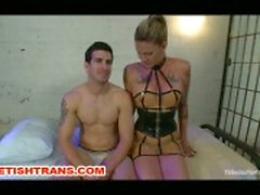 Shemale i latex dominerar sin kille Bound Slave