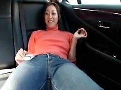 Provocando menina japonesa esfrega seu agarramento de fogo e sopra um t