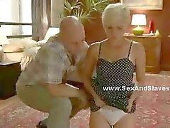 Rubia de recibe su culo jodido por un hombre y femenino que su médico tener en camisa de fuerza