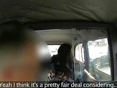 Chatte rasée brune léchait dans taxis