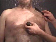 бритье обнаженного медведя