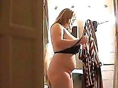 Graisse Blonde Woman est mouillé dans la baignoire