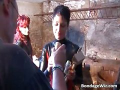Dégoûtant en latex enfant torture type dans part2 crépus