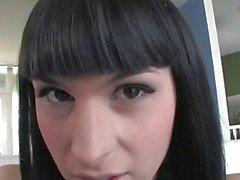 Сексуальный транссексуал Bailey Джэй занимается мастурбацией и кончает