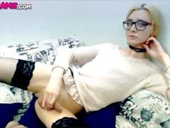 schoolgirl blondin Tgirl cumming Online