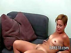 Het kvinna fingersättning med leksak på soffan