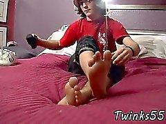 Twink cine de los pies grandes y más grande a Dick !