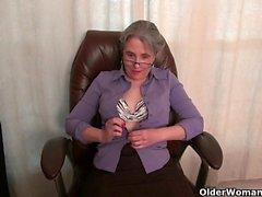 Alte Sekretärin Kelli streift ab und fingert ihre behaarte Muschi