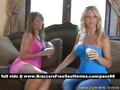 Evde içme İki genç sarışın kız