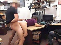 Coppia lesbica provare a rubare e farsi scopare da pawnkeeper