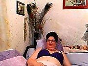 Непослушный Granny Дразнит ее волосатая киску