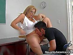 Busty Professor Sara Jay mit dem nassen kahlen Pussy