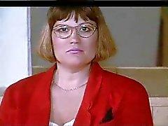 knubbig amatör kvinna med glas och stora tuttar strippar