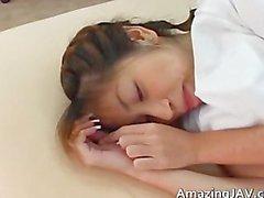 Reizvoller japanisches Mädchen Saugen ihr Doktors Teil5