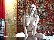 Arremetida russo hussy com grande corpo suga meu pau duro