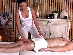 Elegant erotik masseuse att slita klienten closeupen den